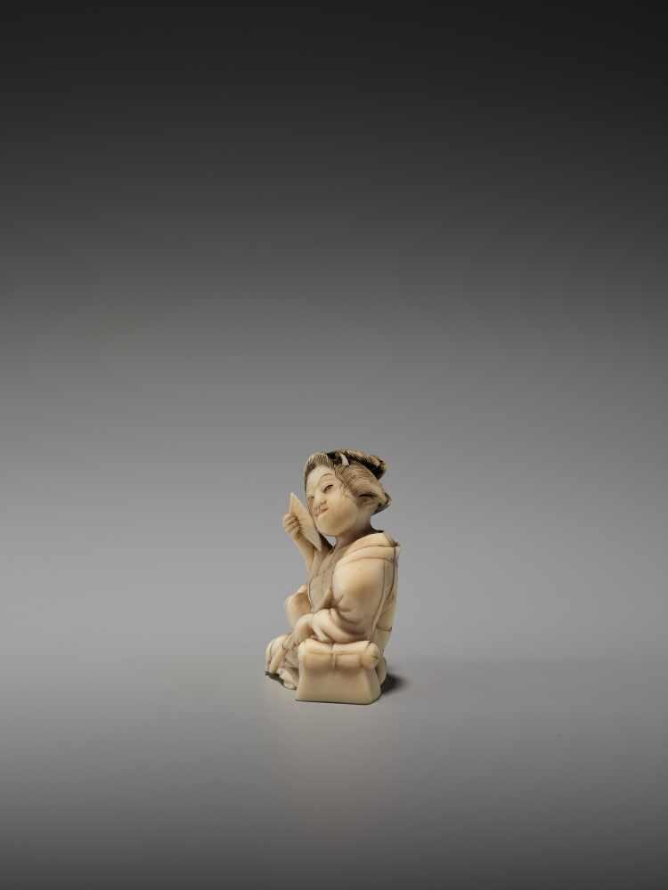 Los 53 - A RARE IVORY SHUNGA NETSUKE OF A BIJIN WITH A PIPE BY HAKUUNSAIBy Hakuunsai, ivory shunga