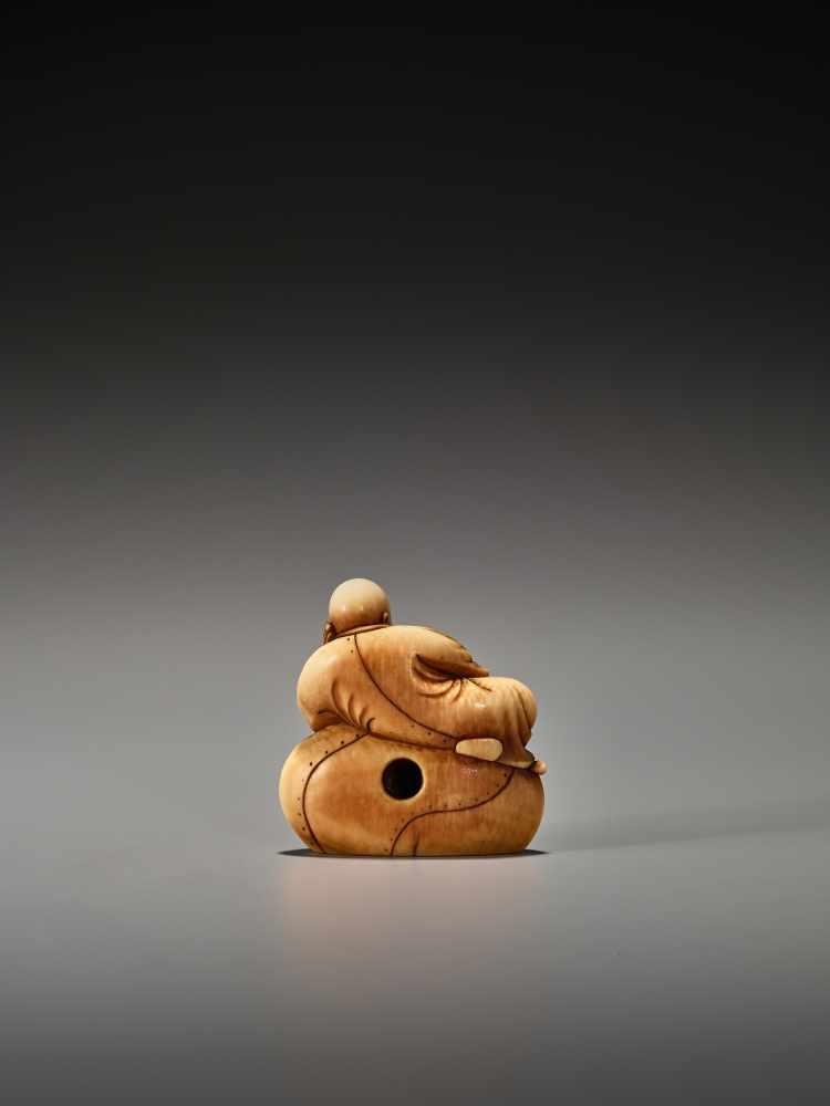 Los 8 - AN EARLY IVORY NETSUKE OF A CHINESE SAGE ON A LARGE BAGUnsigned, ivory netsukeJapan, 18th century,