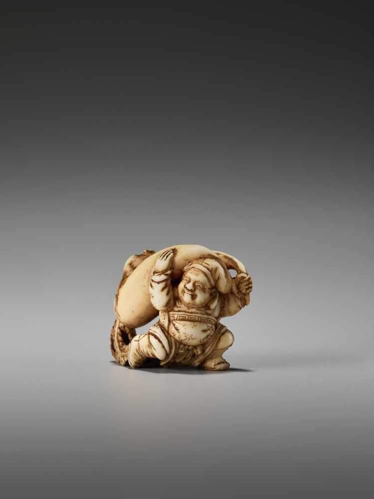 Los 39 - A SMALL IVORY NETSUKE OF DAIKOKU WITH DAIKON AND RAT BY THE TOMOCHIKA SCHOOLBy Tomochika, ivory