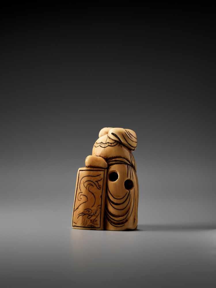 Los 10 - AN IVORY NETSUKE OF A CHINESE SAGEUnsigned, ivory netsukeJapan, 18th century, Edo period (1615-