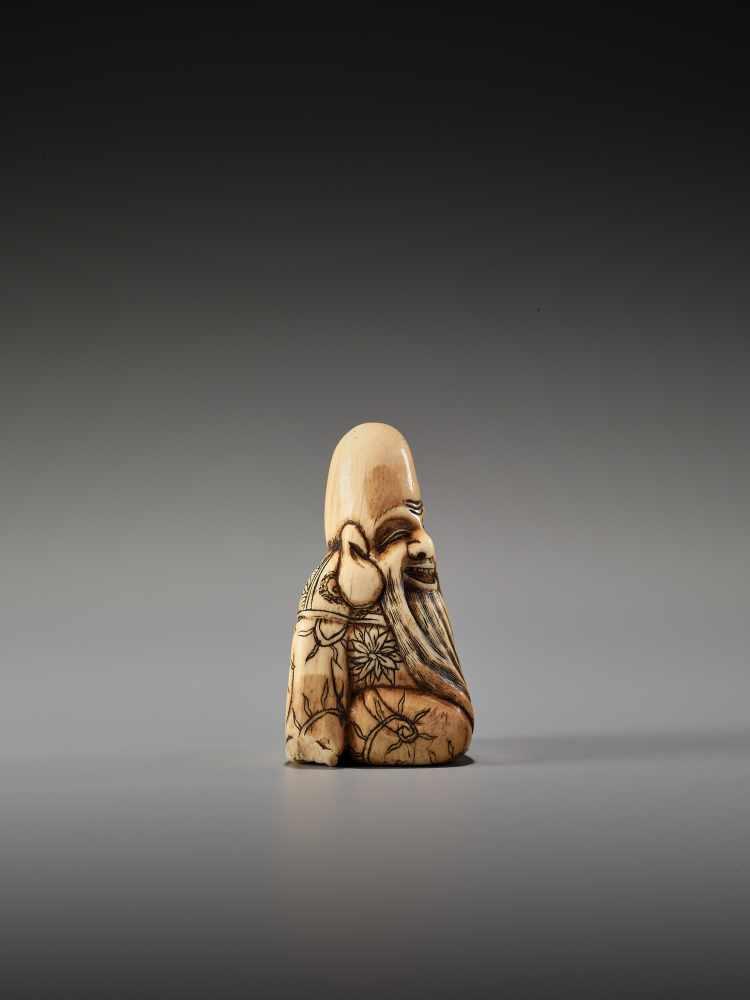 Los 32 - AN IVORY NETSUKE OF FUKUROKUJUUnsigned, ivory netsukeJapan, 18th century, Edo period (1615-1868)
