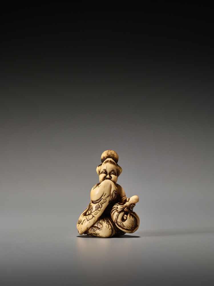 Los 49 - A RARE IVORY SHUNGA NETSUKE OF OKAME WITH TENGU MASK BY SHUOSAI HIDEMASABy Shuosai (Hidemasa), ivory