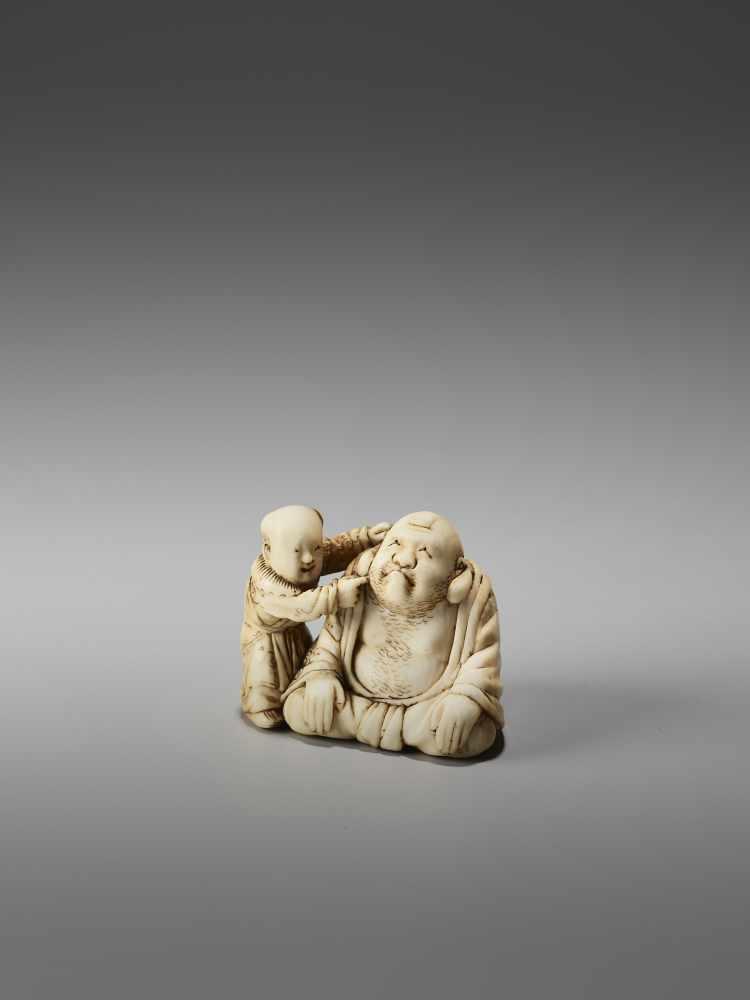 Los 20 - AN IVORY NETSUKE OF HOTEI PLAYING KAMIFUKI AND A KARAKO BY MINZANBy Minzan, ivory netsukeJapan,