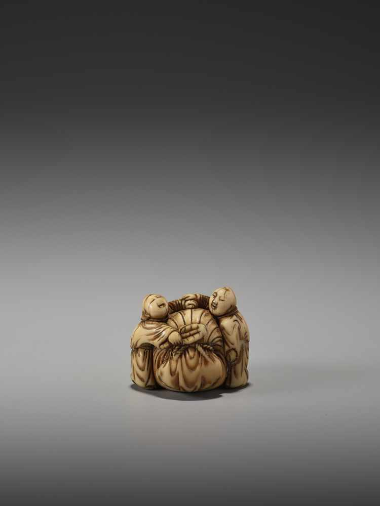 Los 24 - AN EARLY IVORY NETSUKE OF TWO CHINESE BOYS AND THE BAG OF HOTEIUnsigned, ivory netsukeJapan, mid-