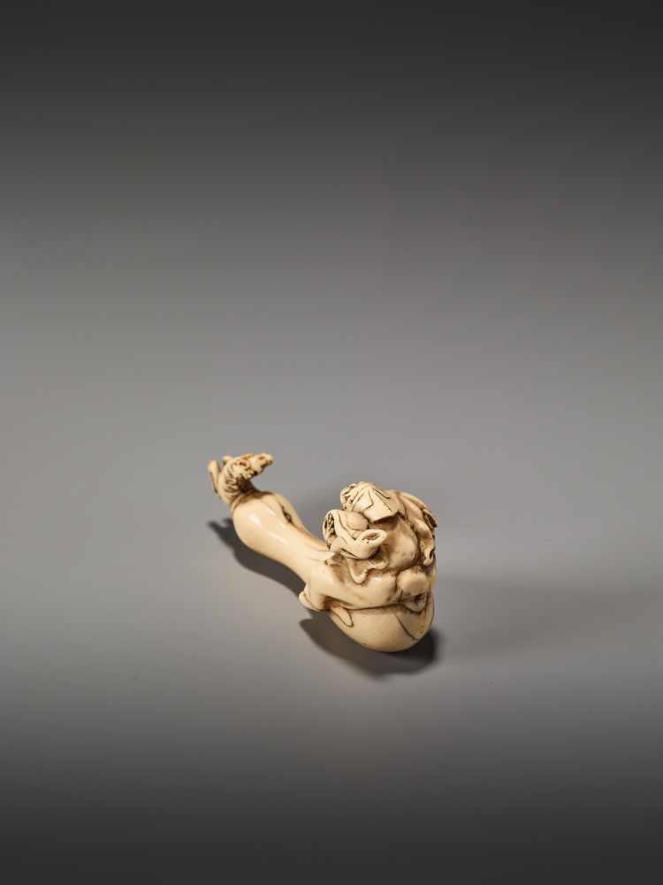 Los 18 - AN AMUSING IVORY NETSUKE OF CHOKARO SENNIN WITH HIS HORSEUnsigned, ivory netsukeJapan, 19th century,