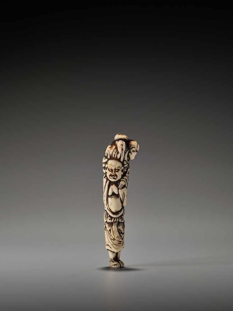 Los 16 - A RARE STAG ANTLER NETSUKE OF IKKAKU SENNIN WITH SENDA BUNINUnsigned, stag antler netsukeJapan, late