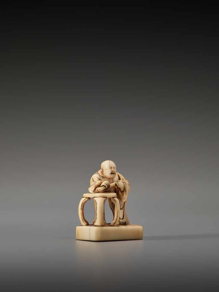 Los 11 - AN EARLY IVORY NETSUKE OF A CHINESE IMMORTAL WITH A FLUTEUnsigned, ivory netsukeJapan, 18th century,
