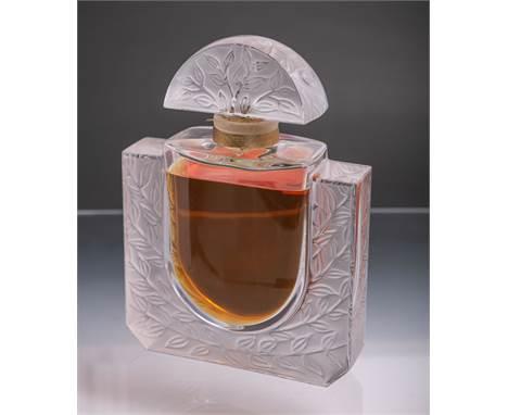 """Gr. Lalique-Parfümflakon aus Baccarat-Glas (im Stil des Art Déco, Frankreich, wohl 20. Jh.), Unterbodenetikett bez. """"Eau de P"""