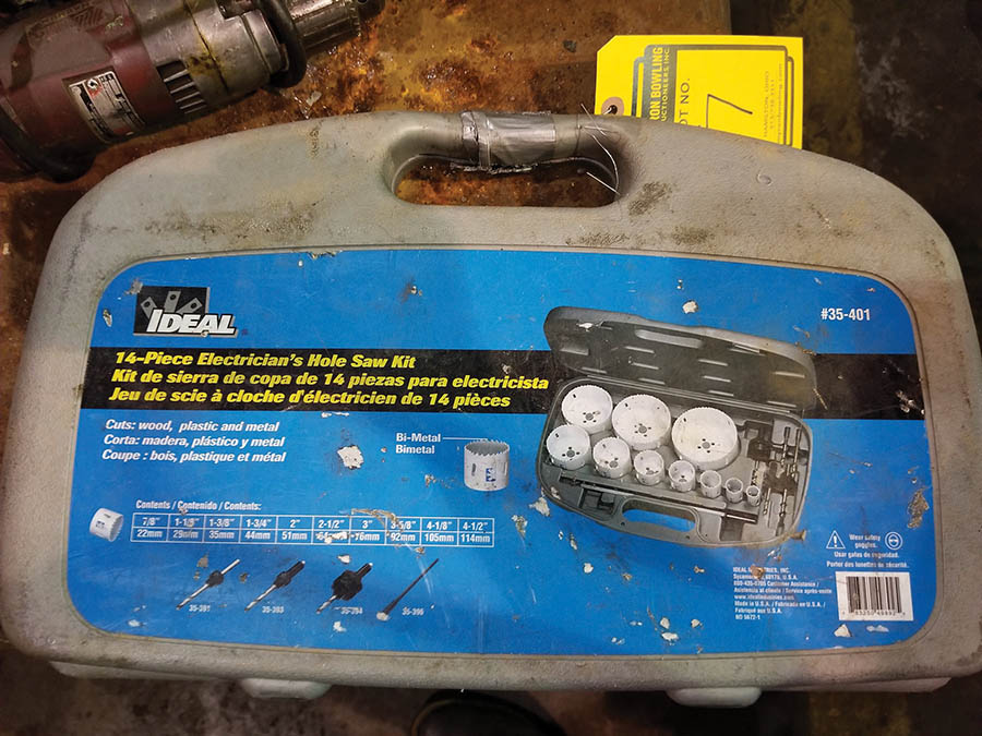 Lot 7 - MILWAUKEE MAGNUM HOLESHOOTER DRILL WITH 14 PC. HOLE SAW KIT