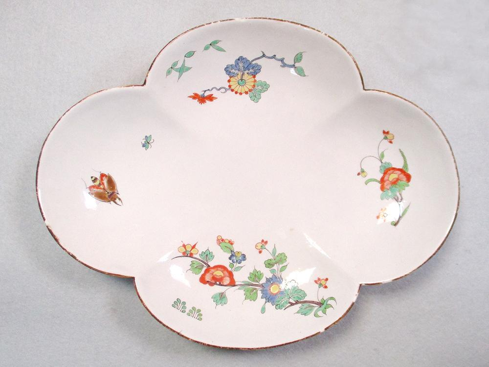 Lot 27 - A Chantilly tureen base and associated stand, circa 1735, each painted in the kakiemon style with