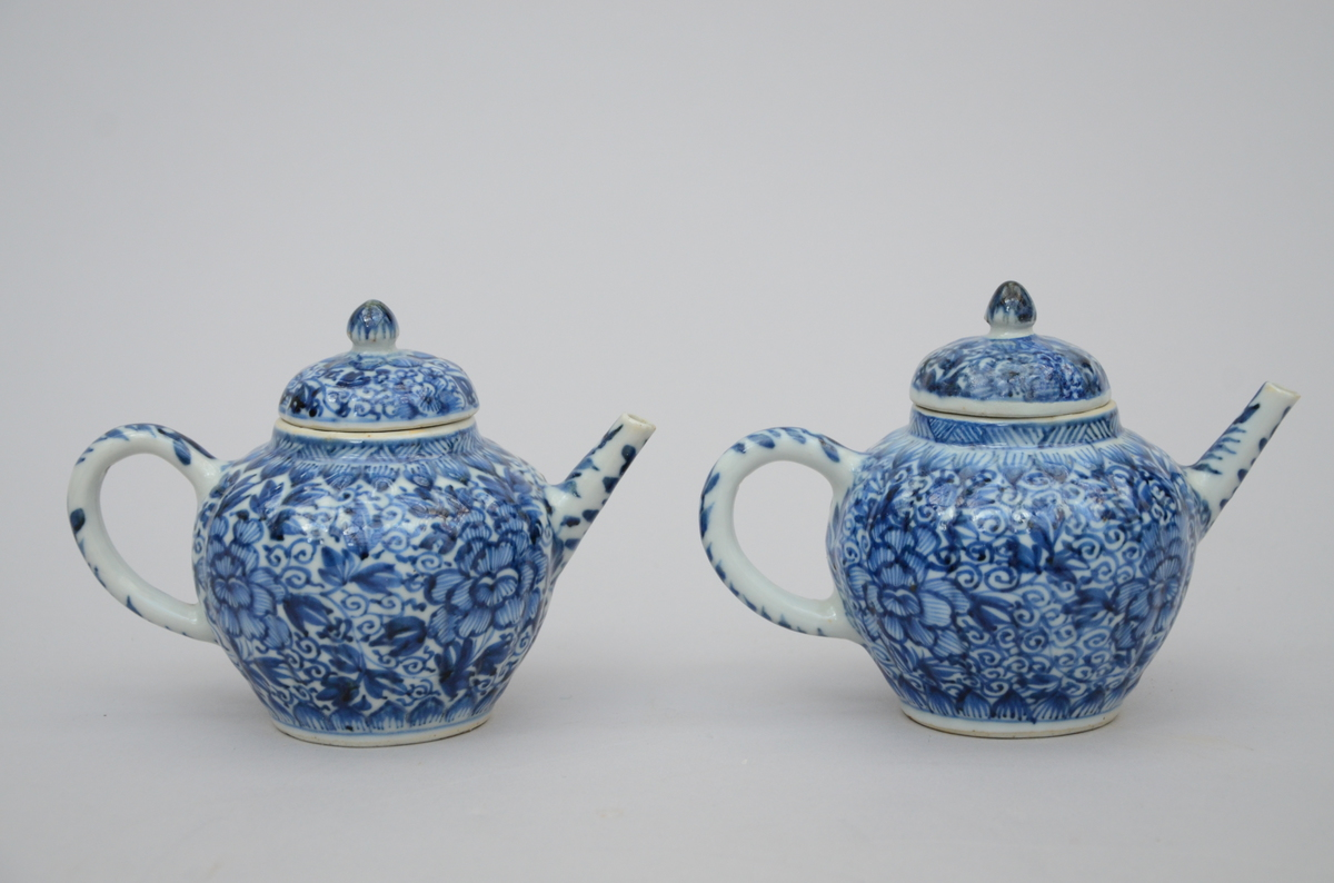 Lot 84 - Two teapots in Chinese blue and white porcelain, Kangxi period (*) (11cm)