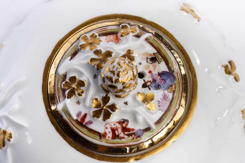 Lot 40 - Teekanne, Meissen 1730Kleine Teekanne, Meissen 1730, Balusterförmiger Korpus mit Ast- und