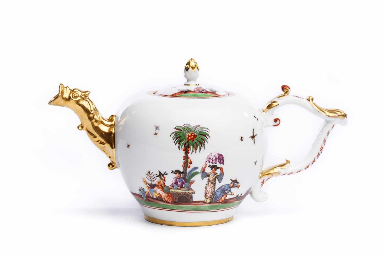 Lot 39 - Teekanne, Meissen 1735/38Kleine Teekanne, Meissen 1735/38, Porzellan weiß bemalt mit bunten