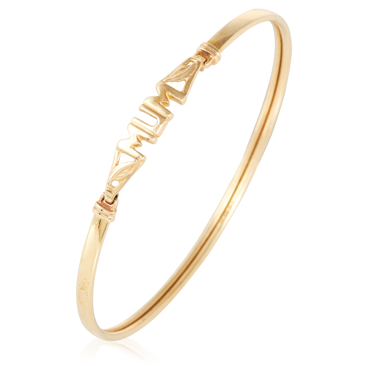A GOLD BANGLE in yellow gold, comprising of a bangle with the word 'Mum', British hallmarks, 6cm