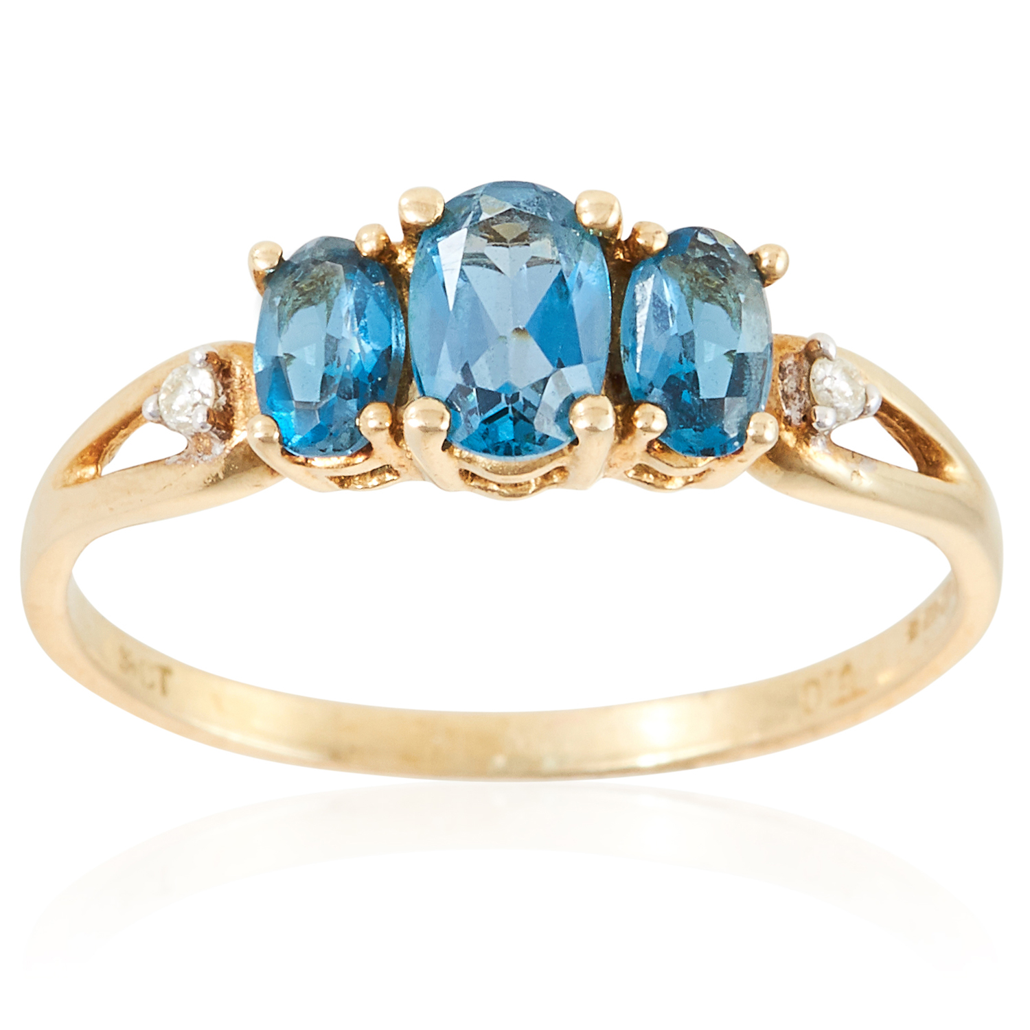 A TOPAZ AND DIAMOND RING in yellow gold, set with three oval cut topaz and two round cut diamonds,