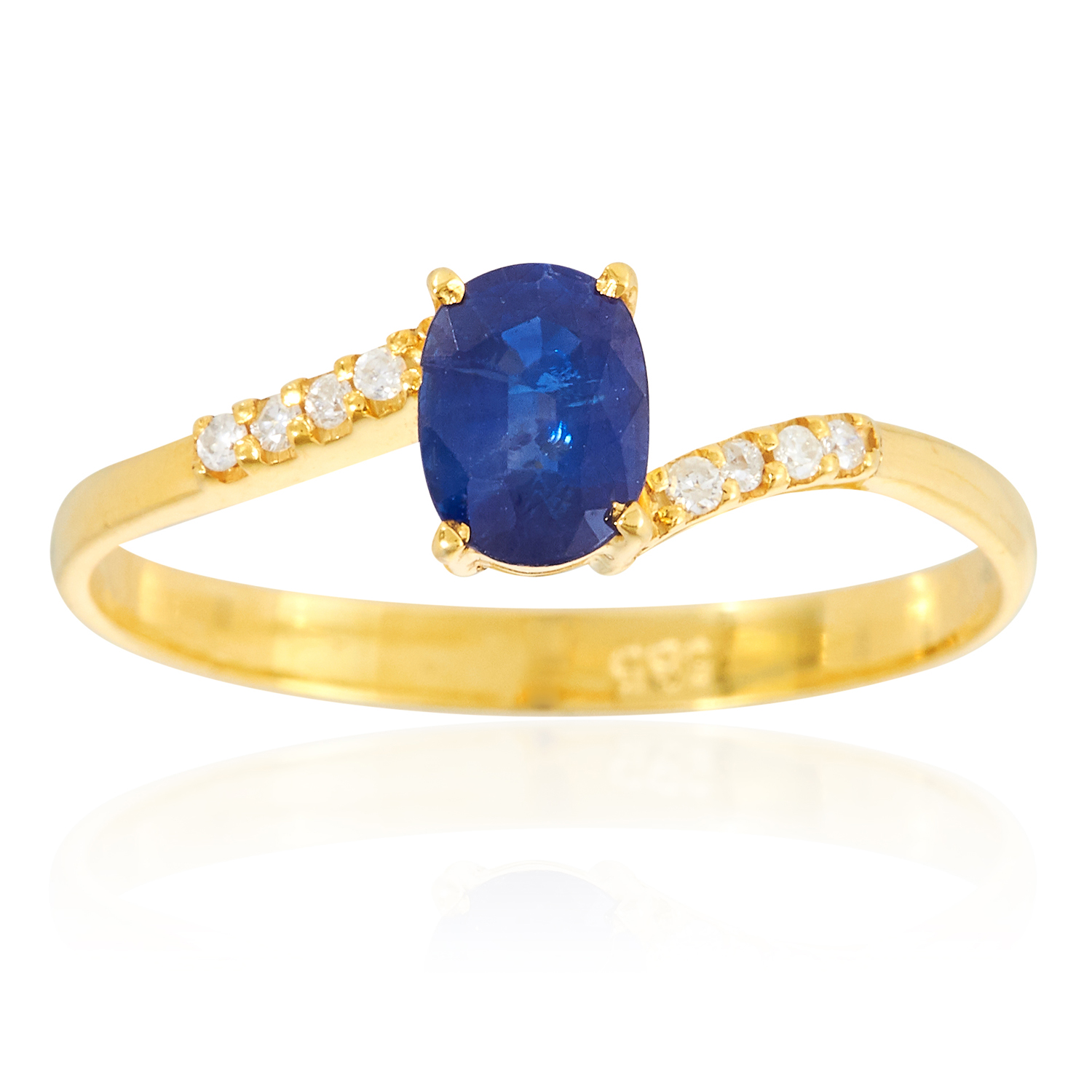 A SAPPHIRE AND DIAMOND RING in 14ct yellow gold, set with an oval cut sapphire between eight round