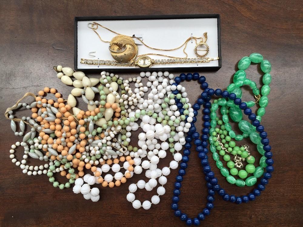 Lot 3A - A quantity of costume jewellery,
