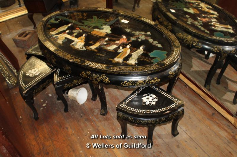 Lot 80 - BLACK LAQUERED OVAL TABLE DEPICTING ORIENTAL SCENE TOGETHER WITH FOUR MATCHING INLAID