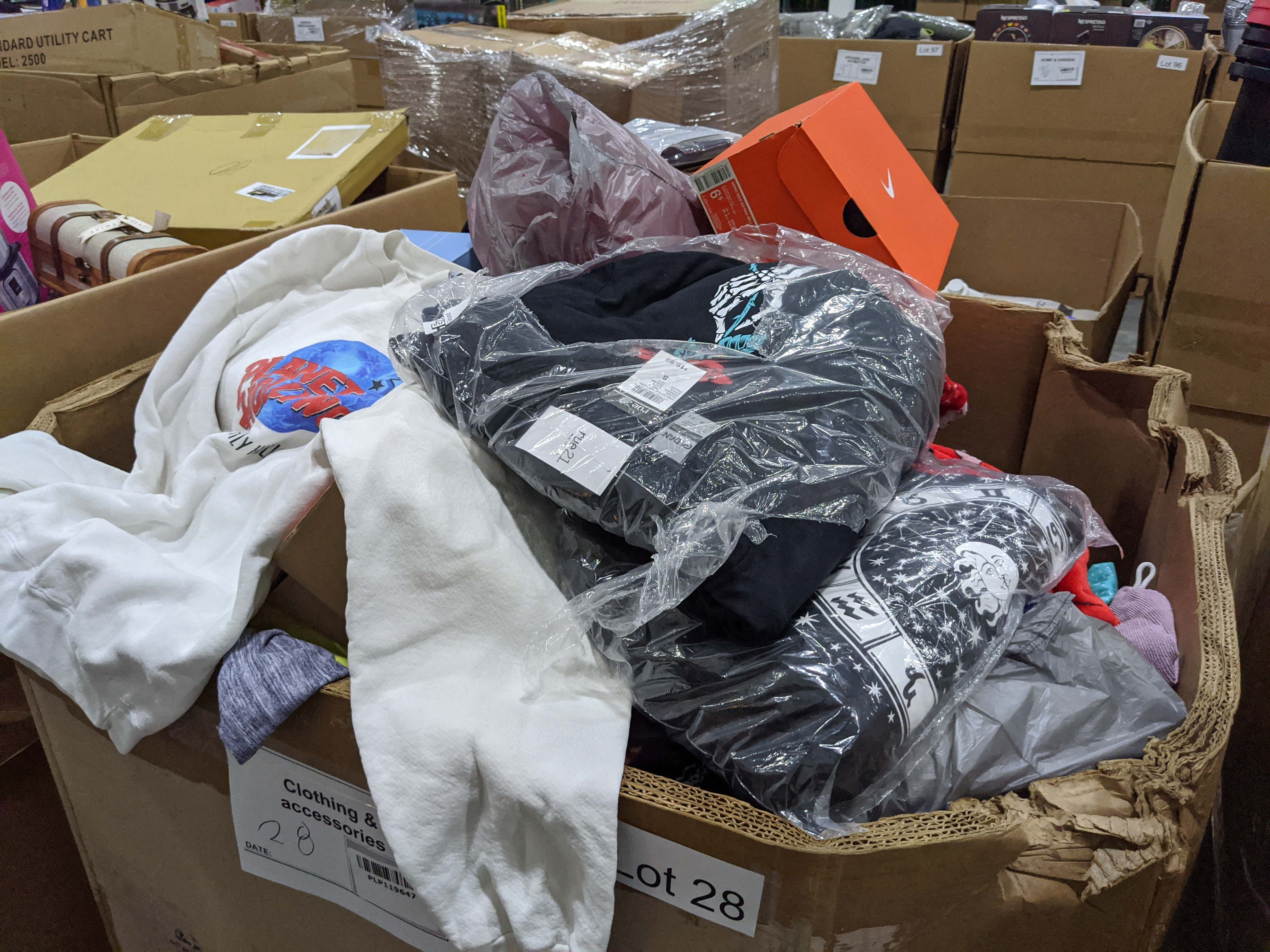Lot 28 - Clothing/Accessories