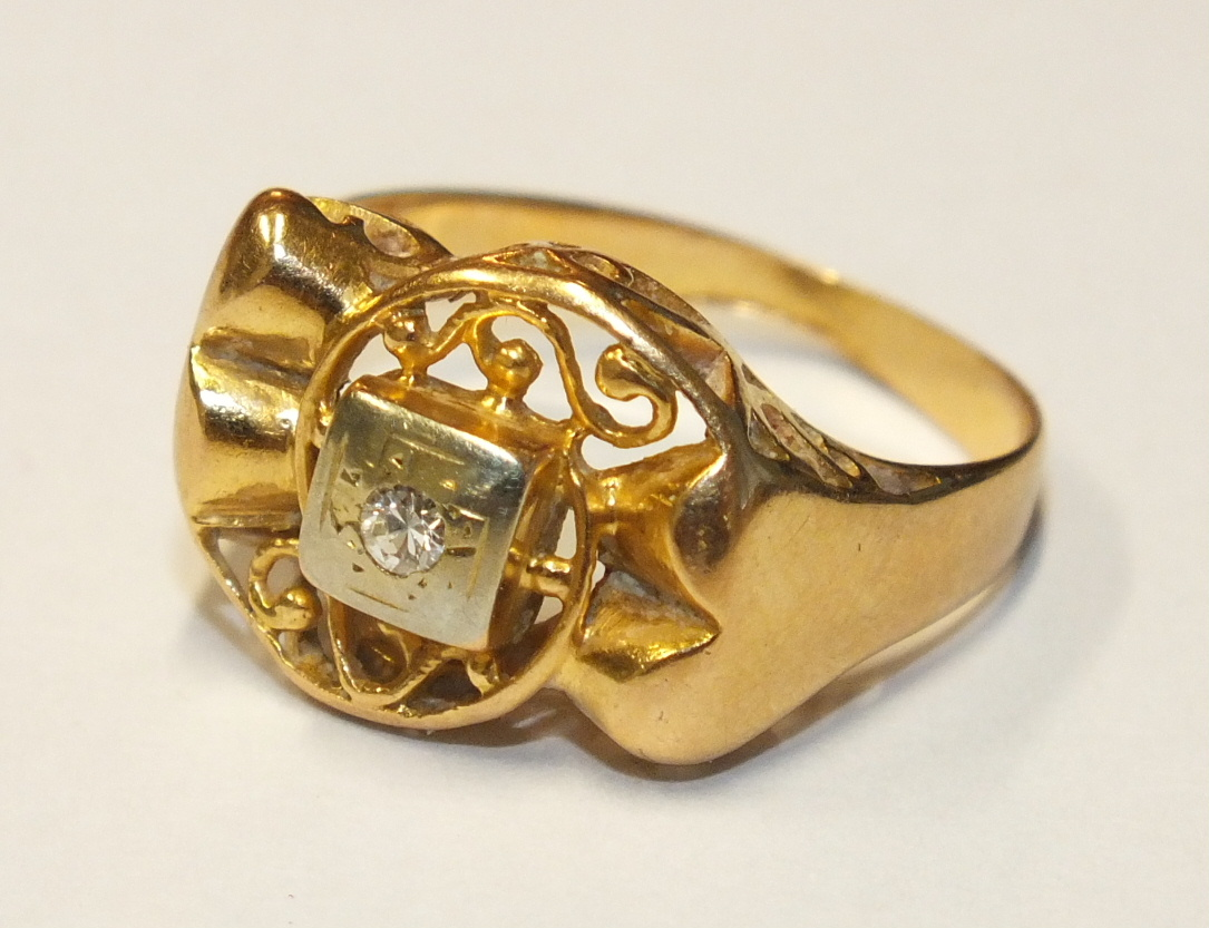 An 18ct gold ring with French marks, set a Swiss-cut diamond, size M, 3.5g.