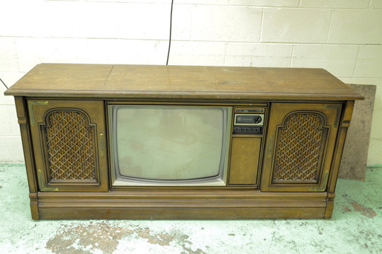 MAGNAVOX TV Stereo Console with Turntable and Stereo