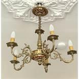 Deckenlampe im Historismus-Stil, Messing vergoldet, verzierter Durchbruchkorpus, darunter