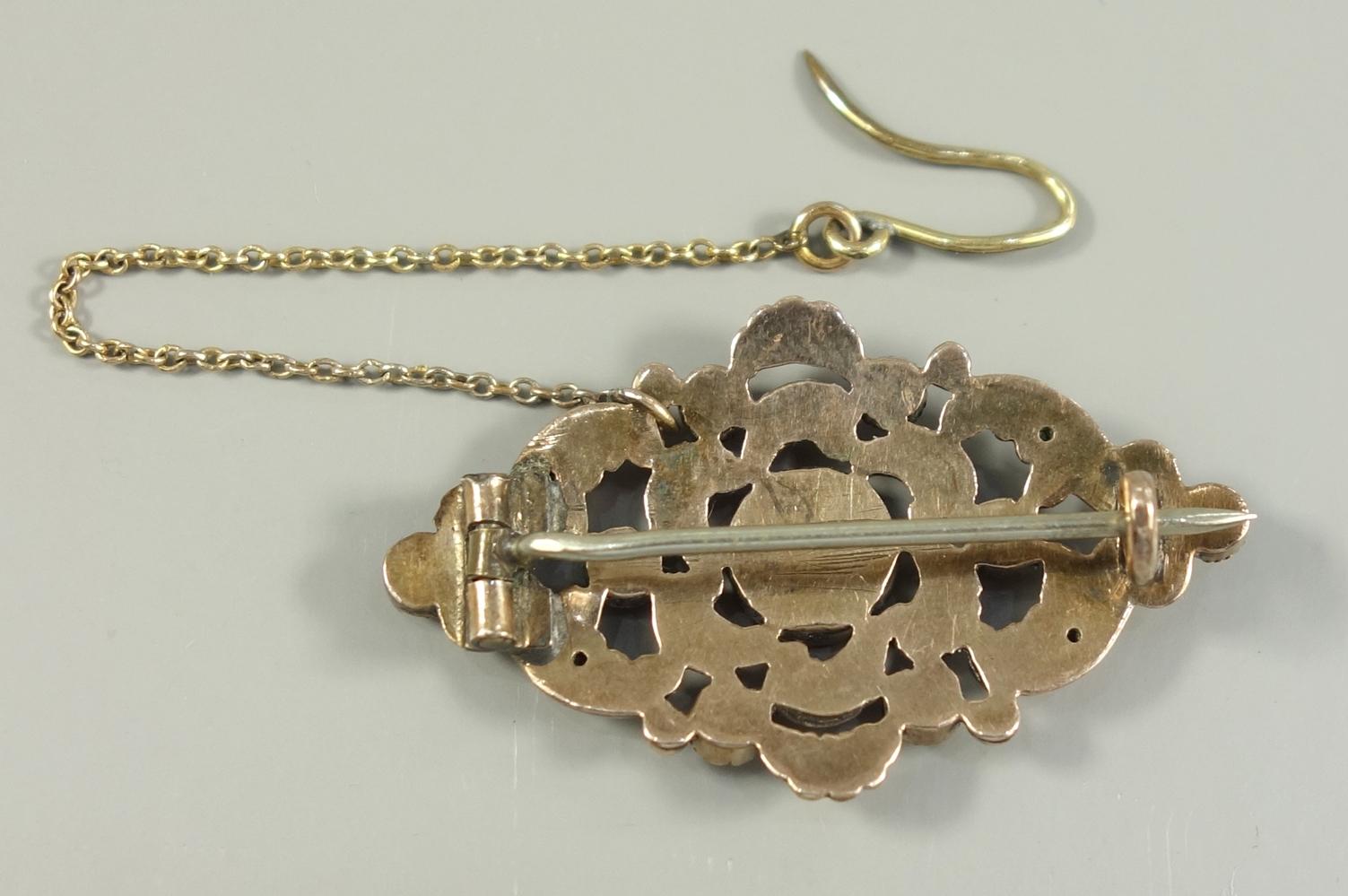 Granat-Amethyst-Brosche, Doublé, Ende 19.Jh., floral durchbrochen, mit Sicherheitskettchen, - Bild 2 aus 2