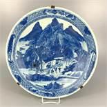 großer Teller mit Landschaftsdekor, China, Qing-Dynastie, Ornamentrand, Spiegel mit Landschaftsdekor