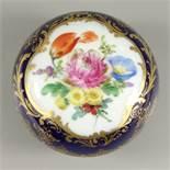 runde Deckeldose, Kobaltblau mit floraler Malerei, Meissen, 1.Wahl, D.7cm, H.5cm, Pfeifferzeit,