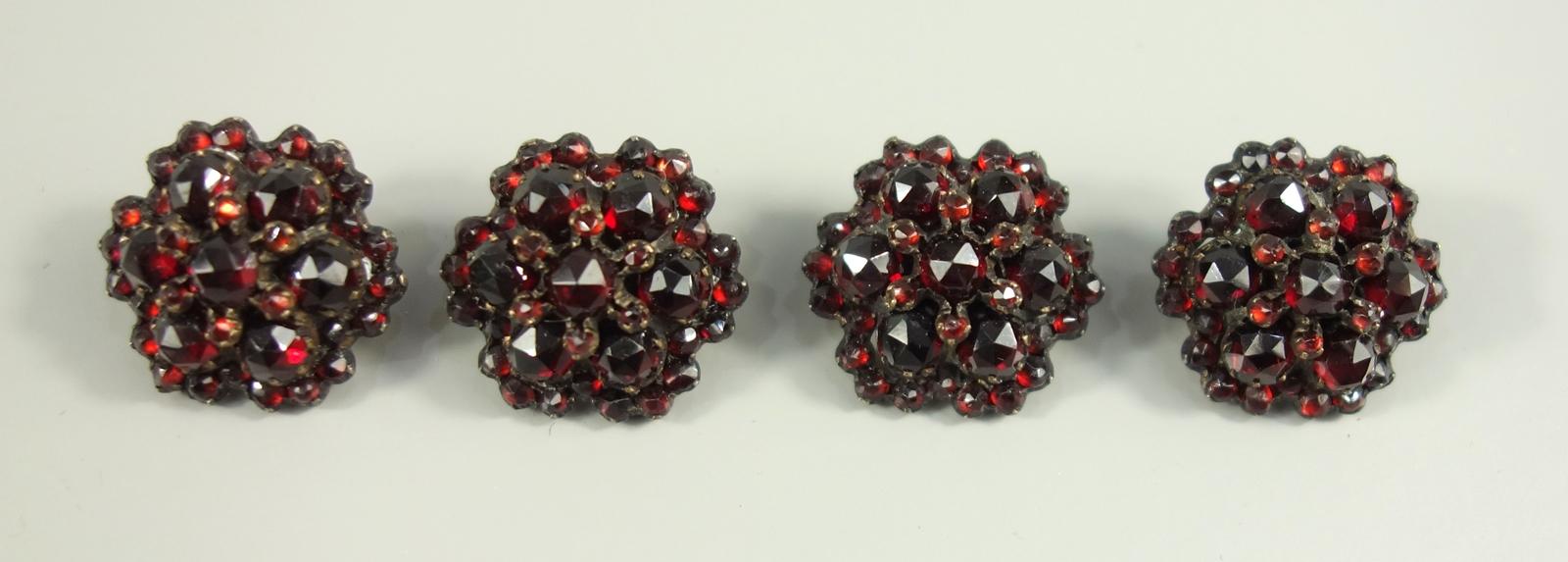 4 Granat-Knöpfe, Böhmen um 1890, runde Blütenform, facettierte Steine, getreppt in Tombakfassung, - Bild 2 aus 2