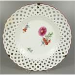 Teller mit Durchbruchfahne, Meissen, Marcolinizeit 1775-1814, 1.Wahl, Spiegel mit floraler