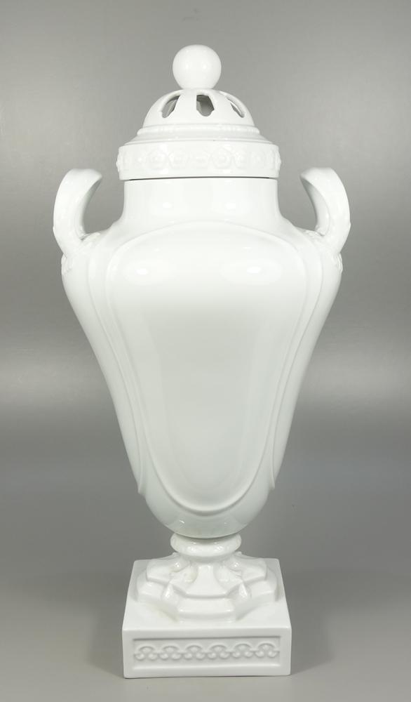 große Prunk-Amphore, Fürstenberg, 20.Jh., H.50cm, Weißware, glasiert, Reliefbänder, Durchbruchdeckel