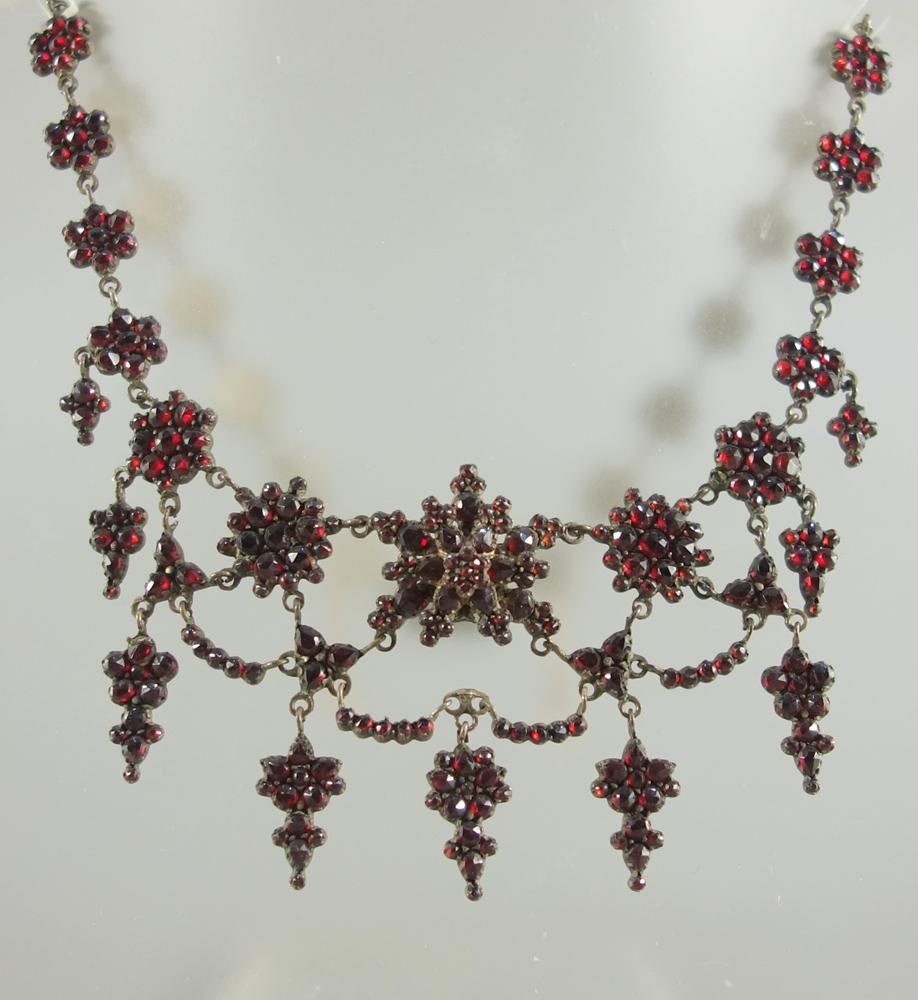 Granat- Collier, Böhmen um 1880, blütenartige Kettenglieder und Abhängungen, an mittlerer
