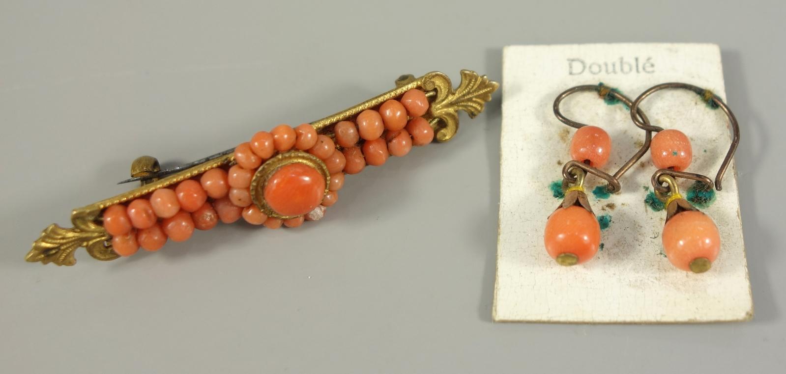 Brosche und ein Paar Ohrhänger mit Koralle, um 1920, Doublé, Brosche mit kleinen, lachsroten