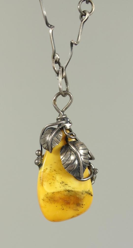 Bernstein-Anhänger mit Kette, 800er Silber, Gew.18,25g, florale Silberfassung, gedrehte Stab-
