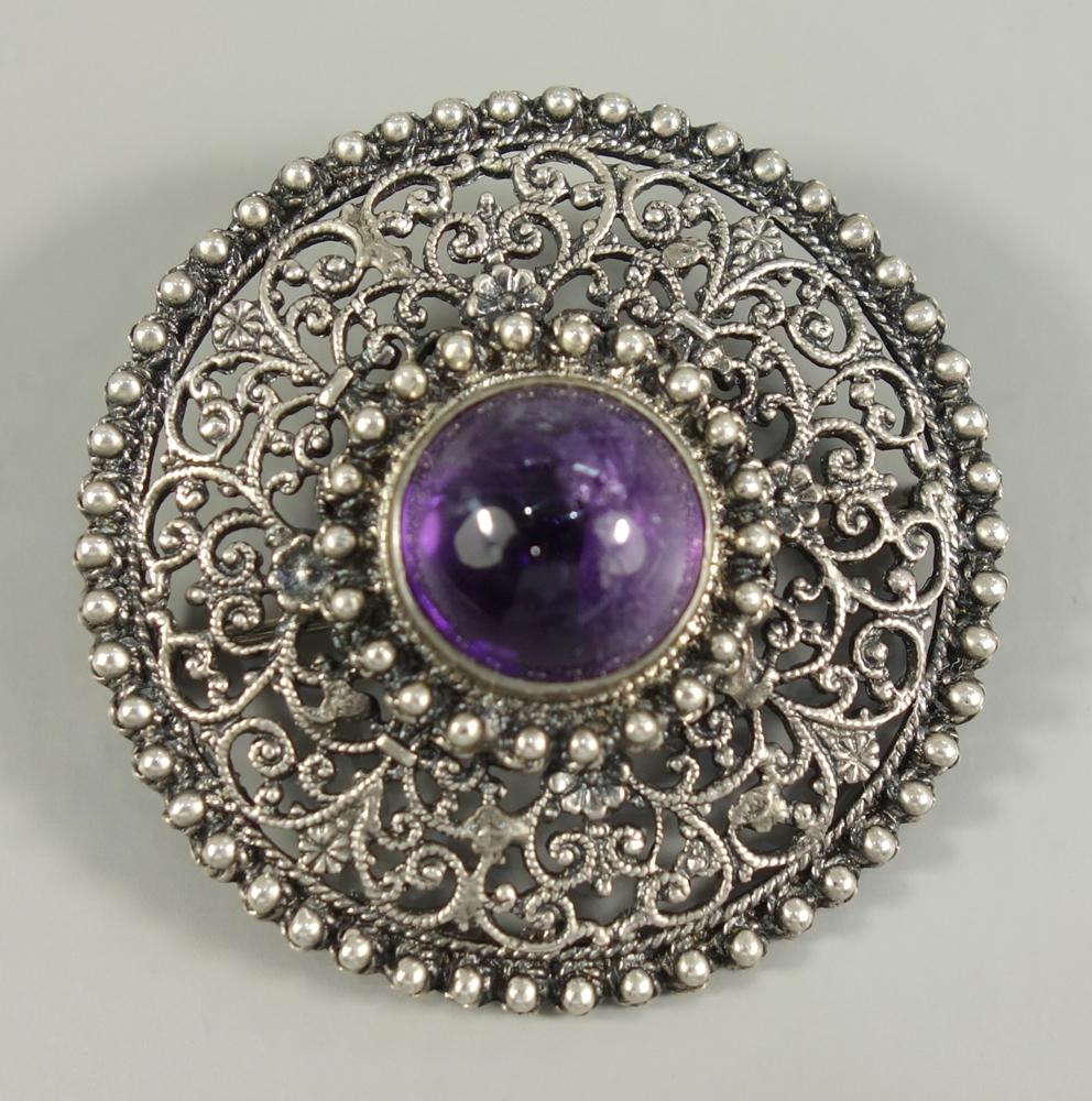 Brosche mit Amethyst-Cabochon, 835er Silber, um 1920, Gew.12,00g, rund, filigran durchbrochen,