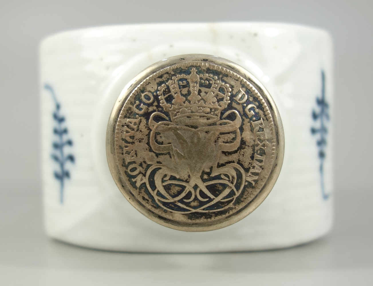 Teedose, 19.Jh., wohl Royal Copenhagen, Musselmalet gerippt, H.11,5cm, 830er Silberverschluss mit - Bild 2 aus 3