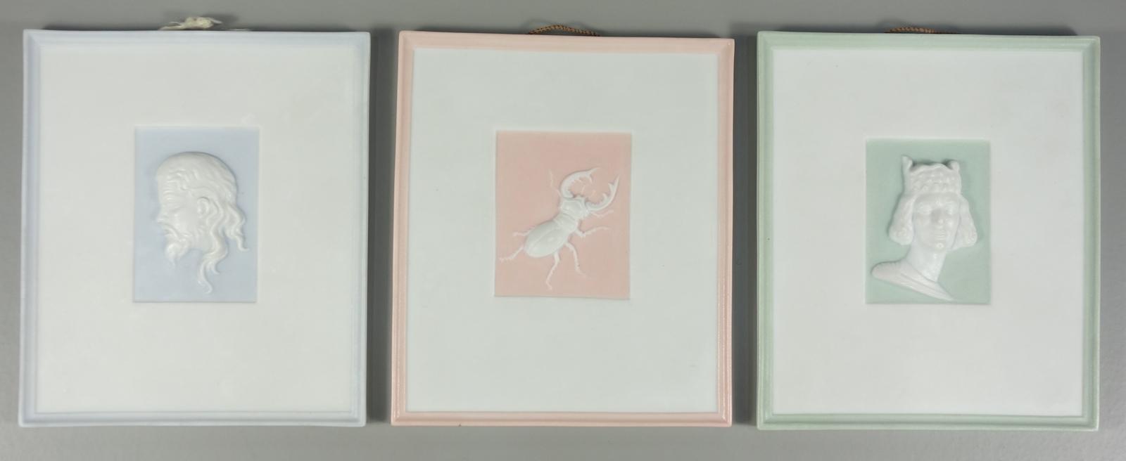 3 Reliefbilder, Bisquitporzellan, Fürstenberg, 20.Jh., H*B 10,8*9,2cm, pastellfarben staffiert3