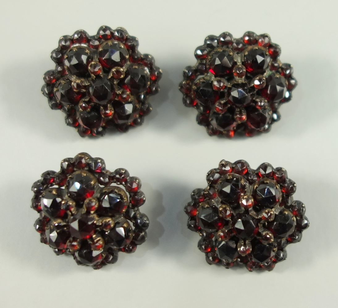 4 Granat-Knöpfe, Böhmen um 1890, runde Blütenform, facettierte Steine, getreppt in Tombakfassung,