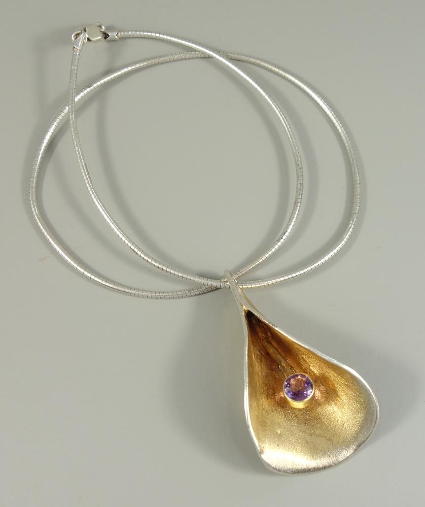silberner Designer-Anhänger mit Amethyst an Schlangenkette, Gew.26,30g, stilisiertes Blütenblatt mit