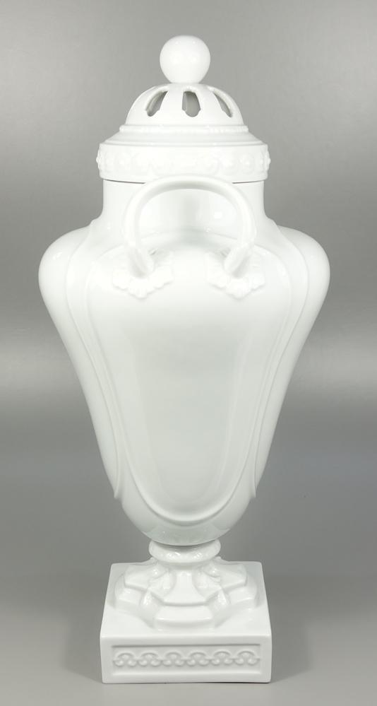 große Prunk-Amphore, Fürstenberg, 20.Jh., H.50cm, Weißware, glasiert, Reliefbänder, Durchbruchdeckel - Bild 2 aus 3