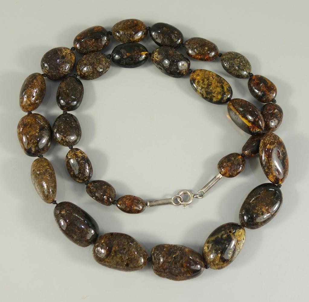 Bernsteinkette, natur, poliert, Gew.31,37g, dunkle, ovale Steine im Verlauf, Einzelverknotung,