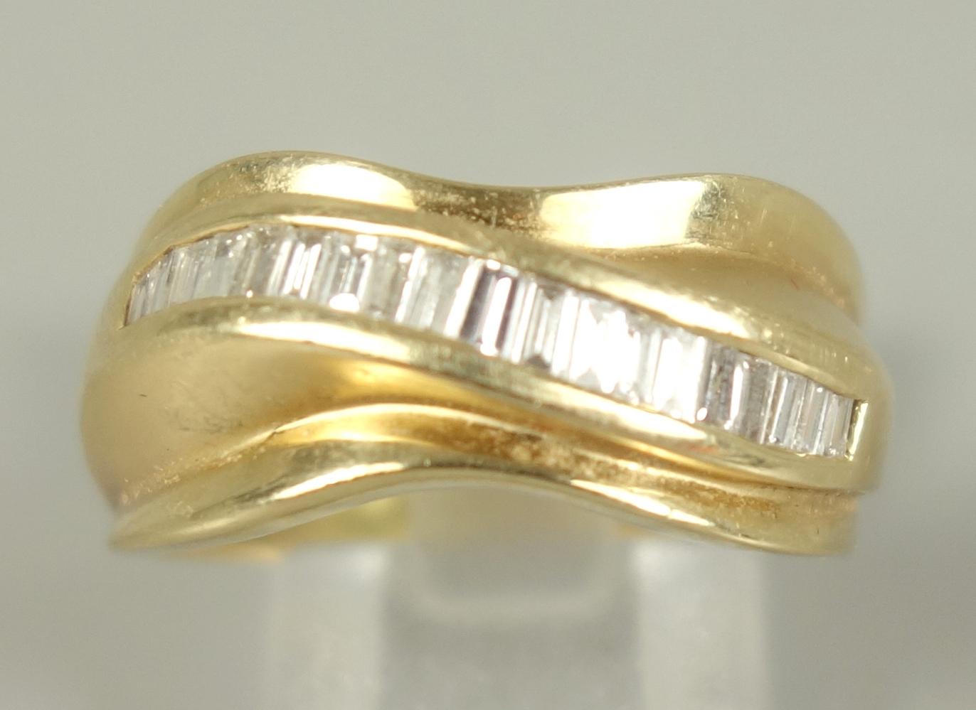 Ring mit Dia.-Brillanten, 585er Gold, Gew. 6,24g, gepr., eckige, facettierte Steine, nebeneinander - Bild 2 aus 2