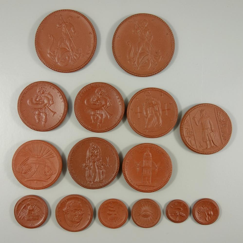 15* Medaillen und Notgeld aus Porzellan, Meissen; 1* 20 Pf, 1* 50 Pf, 2* 1 M und 1* 1 M, 5* 10 M