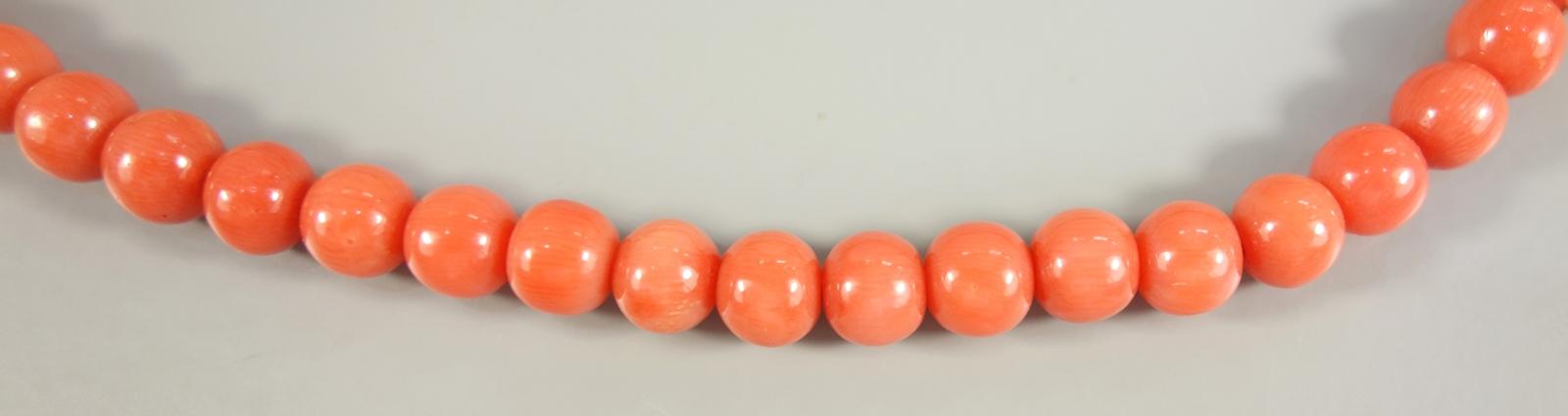 lachsfarbene Kugelkorallenkette, 1920er Jahre, Gew.41,89g, L.70cm, Kugel-D.ca.5mm, ca.121 Kugeln, - Bild 2 aus 2