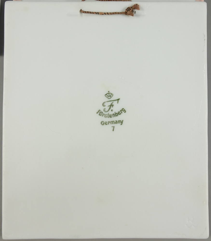 3 Reliefbilder, Bisquitporzellan, Fürstenberg, 20.Jh., H*B 10,8*9,2cm, pastellfarben staffiert3 - Bild 2 aus 2
