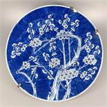 großer Teller mit Pflaumenzweigen, China, Qing-Dynastie, Dekor in Blau und Weiß, D.48cm, an den