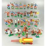 Konvolut Indianer und Cowboys, Gummi, DDR, 15 Cowboys: 5* stehend mit erhobenem Gewehr, 2* stehend