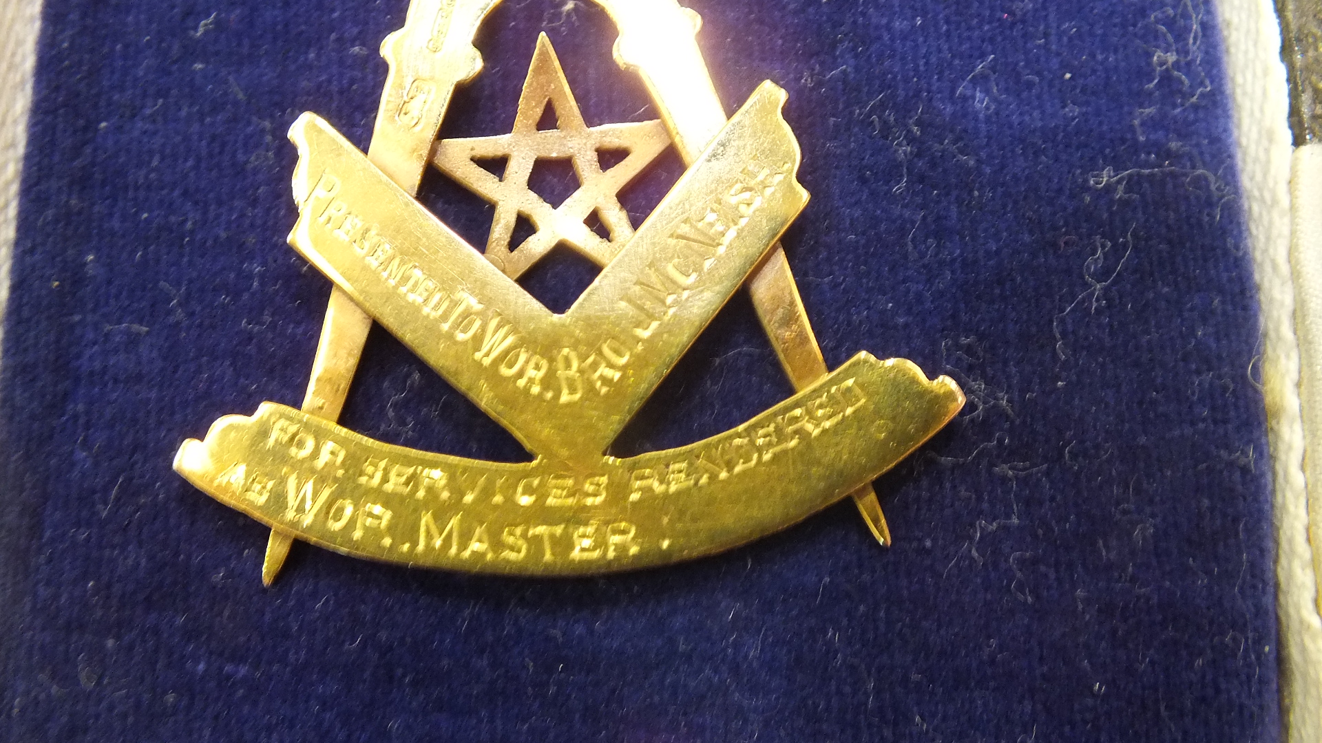 Lot 332 - A 9ct gold Masonic jewel of Lodge Ailsa No.1172 SC in the form of a compass and set square, the