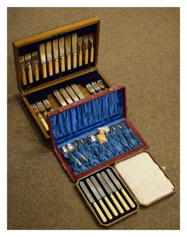 Lot 49 - Assorted cased flatware comprising: a part oak cased canteen of fish cutlery, cased tea knives and